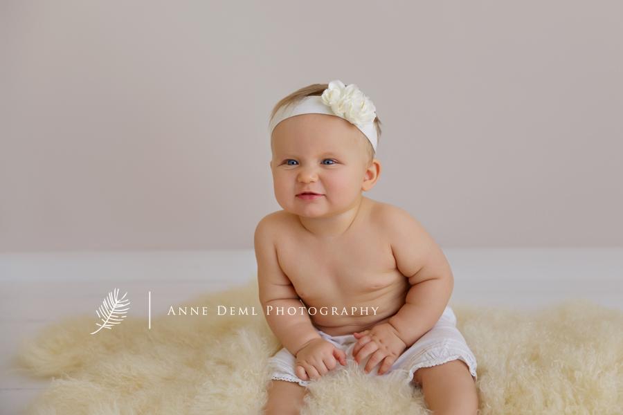 besondere_babyfotos_acht_monate_altes_baby_babyfotograf_anne_deml_muenchen_babybilder_babyshooting_fotostudio_ungestellte_fotos_emma_2