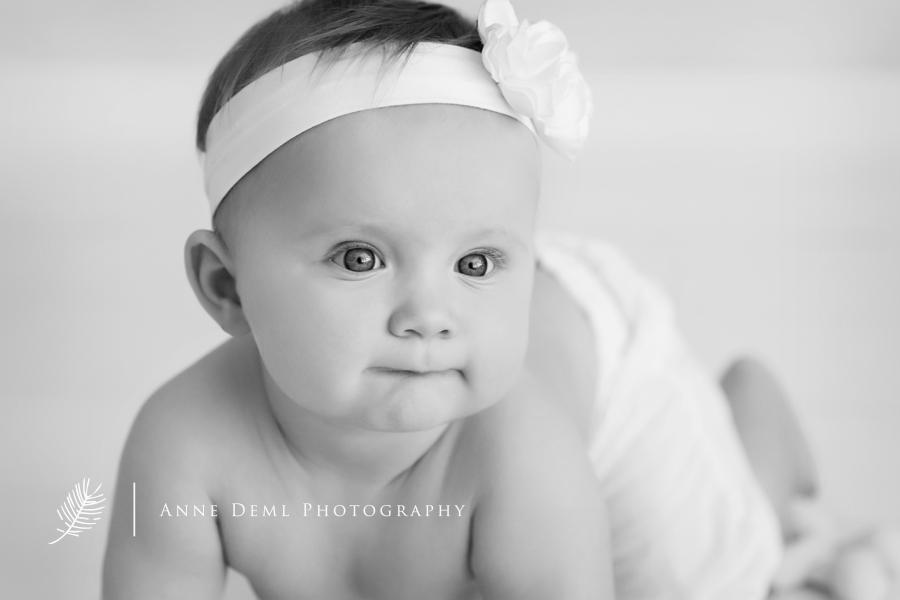 niedliche_babyfotos_babyfotografie_babyfotograf_anne_deml_muenchen_freising_ingolstadt_suesse_babybilder_acht_monate_altes_baby_emma_5