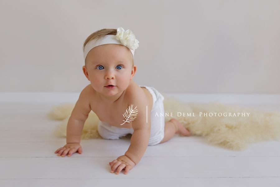besondere_babyfotos_acht_monate_altes_baby_babyfotograf_anne_deml_muenchen_babybilder_babyshooting_fotostudio_ungestellte_fotos_emma_22