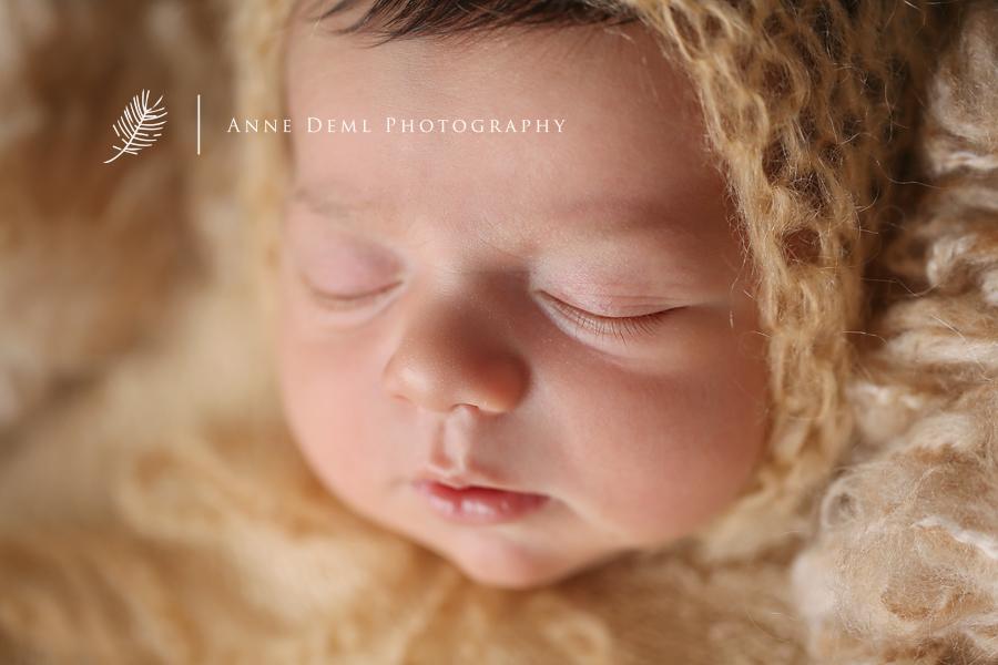 liebevolle_babyfotografie_profi_babyfotograf_anne_deml_augsburg_neugeborenenshooting_hebamme_geburtshaus_geburt_neugeborene_baby_muenchen_bayern_julie_16